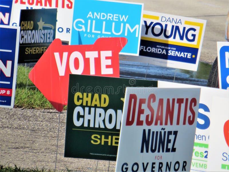 Segni del candidato fuori del recinto di voto, Tampa, Florida fotografia stock