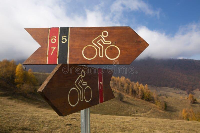 Segni del percorso della bici vicino alle montagne immagine stock libera da diritti