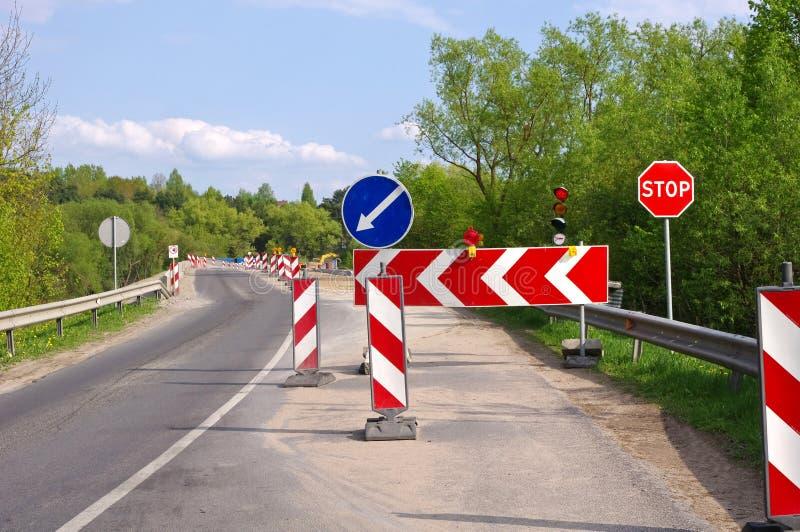 Segni della costruzione di strade e della deviazione fotografia stock