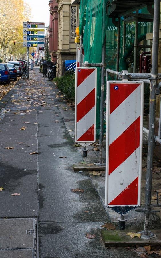 Segni della costruzione Vista della via di un facad di sotto di ricostruzione fotografie stock libere da diritti