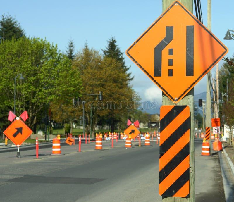 Segni della deviazione della costruzione di strade immagini stock