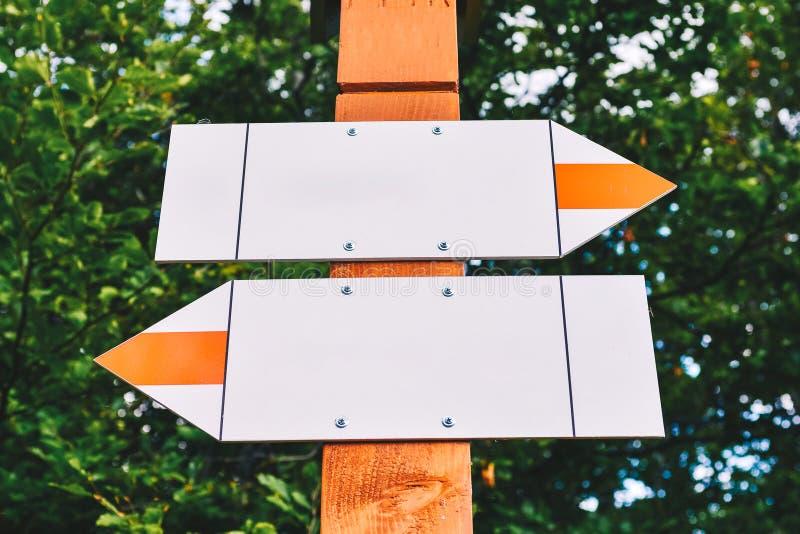 Segni della scelta - frecce bianche con spazio per riempire il contenuto fotografia stock libera da diritti