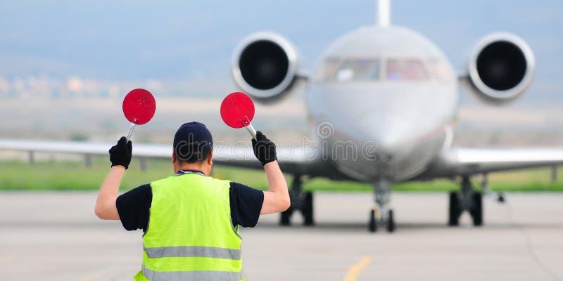 Segni della tenuta del controllore di traffico aereo fotografie stock libere da diritti