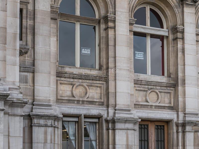 Segni di Je Suis Charlie visualizzati nelle finestre dei funzionari nella t immagine stock