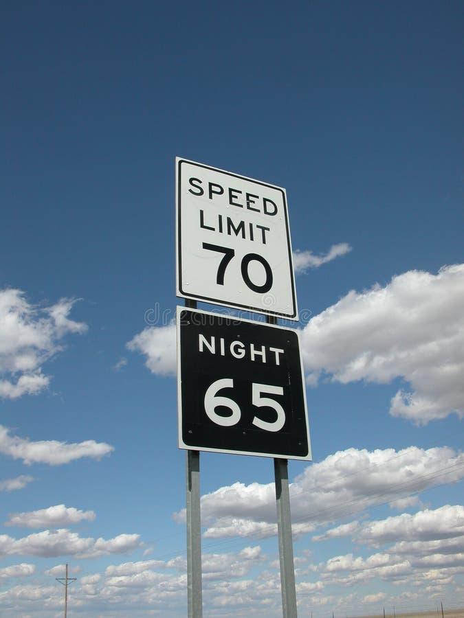 Segni di limite di velocità con le nubi ed il cielo immagini stock libere da diritti