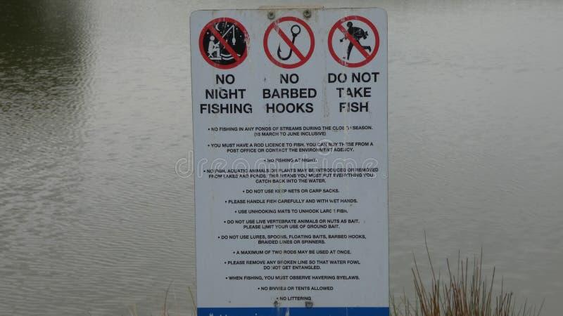 Segni di pesca nel lago park di Bedfords immagine stock