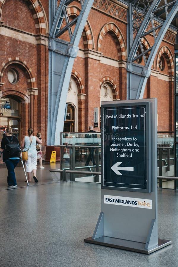 Segni direzionali verso i treni di east midlands dentro la st Pancra fotografie stock libere da diritti