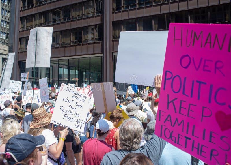 Segni e folla a Chicago marzo/protesta fotografia stock libera da diritti