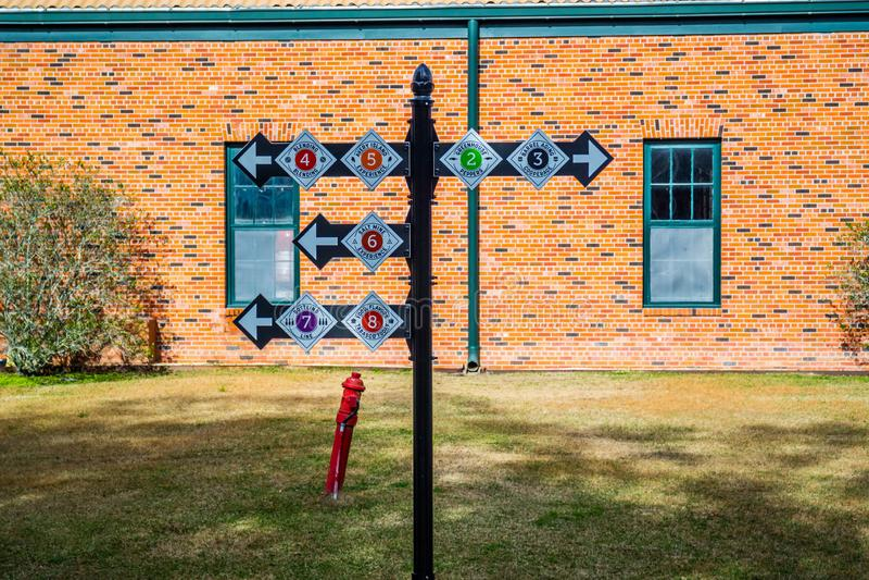 Segni e palo di simboli nel giro della fabbrica e dell'alimento di Tabasco ad Avery Island, Luisiana immagine stock libera da diritti
