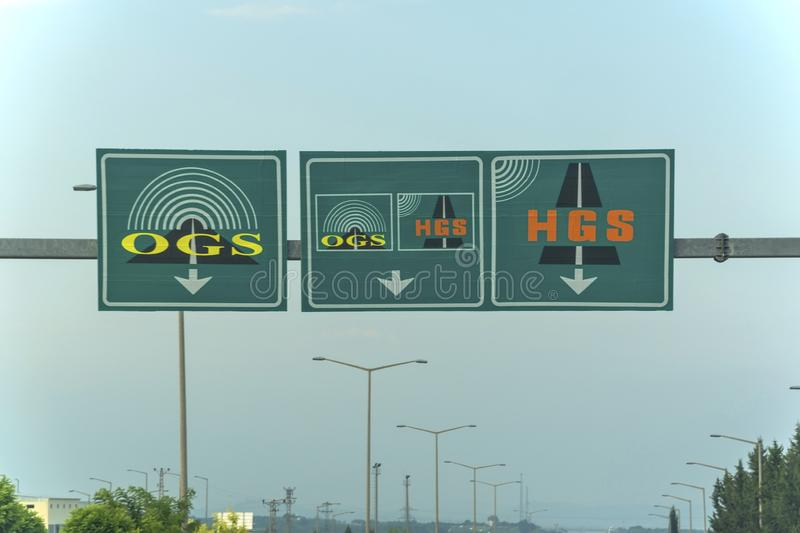 Segni elettronici del sistema della raccolta del tributo sulla strada principale della strada a pedaggio nella provincia di Adana immagini stock