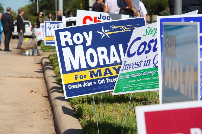 Segni multipli di campagna con gli elettori immagine stock