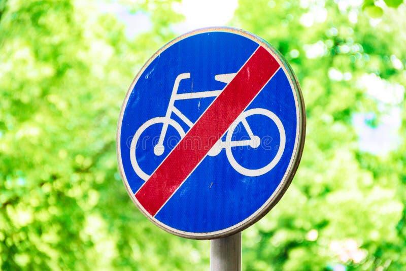 Segni per i ciclisti, segnale stradale contro un fondo degli alberi verdi immagini stock libere da diritti