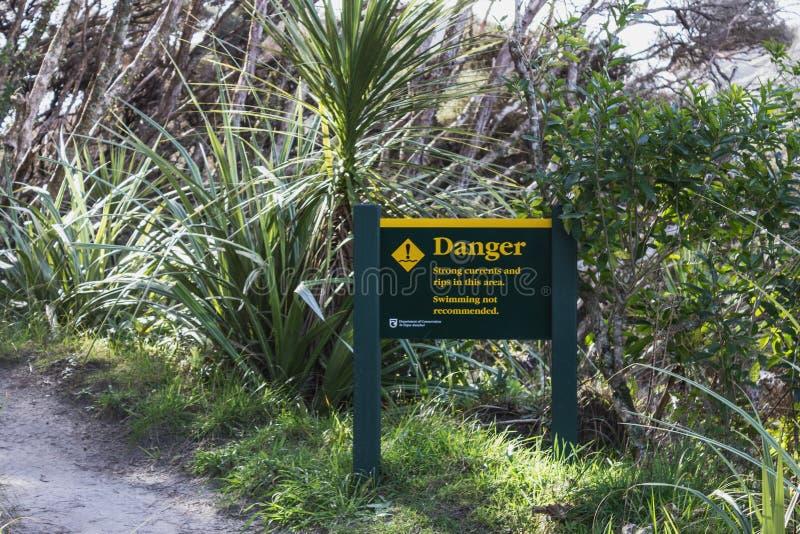 Segno ad avvertimento della spiaggia di Wharariki dei pericoli di nuoto fotografie stock libere da diritti