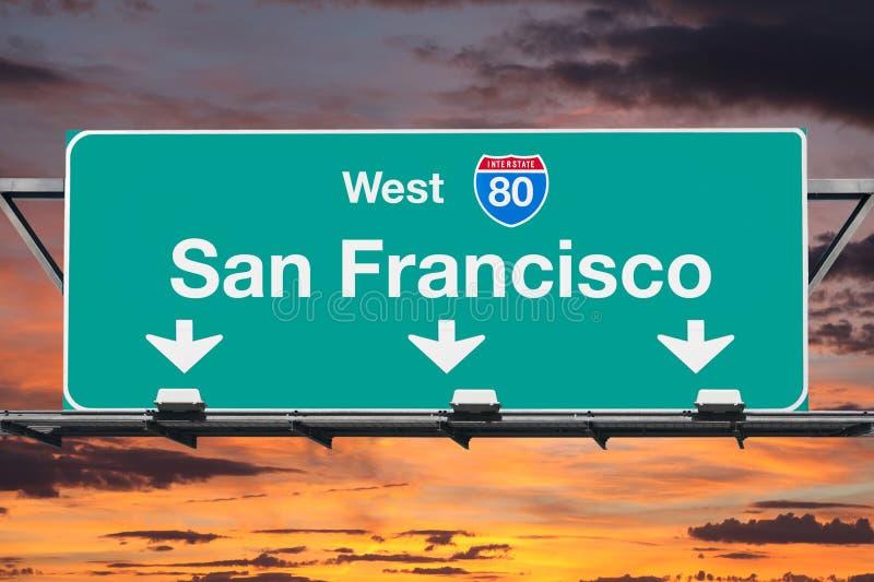 Segno ad ovest della strada principale di San Francisco Interstate 80 con il cielo di alba fotografia stock