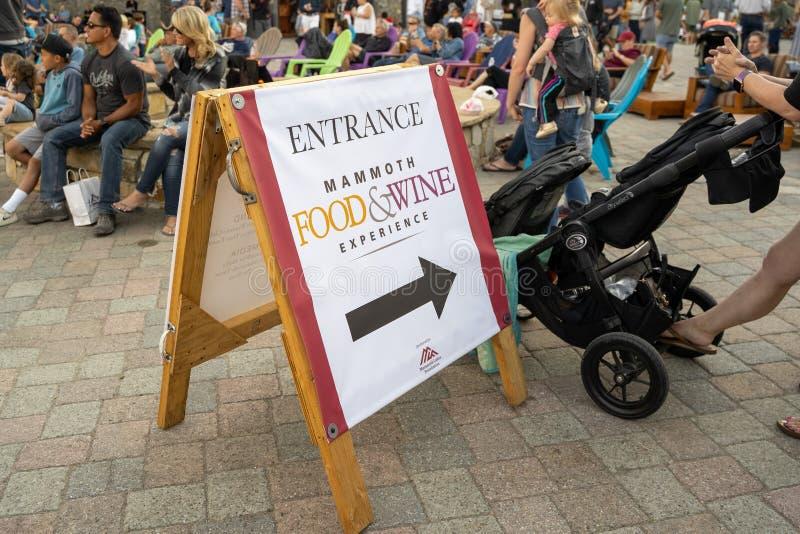 Segno affinchè il festival mastodontico di estate di esperienza del vino & dell'alimento godano dell'alcool e del campione fotografia stock