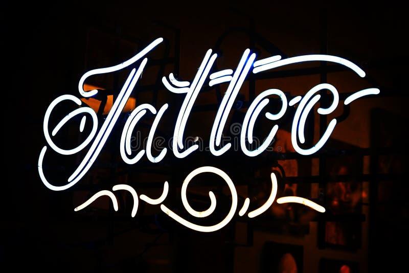 Segno al neon del tatuaggio fotografia stock libera da diritti