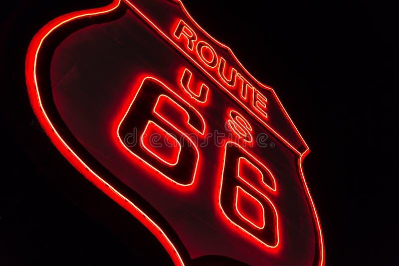 Segno al neon dell'itinerario 66 immagine stock