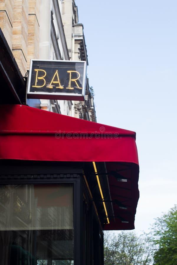 Segno al neon della barra sopra la copertura rossa del terrazzo del ristorante immagini stock libere da diritti