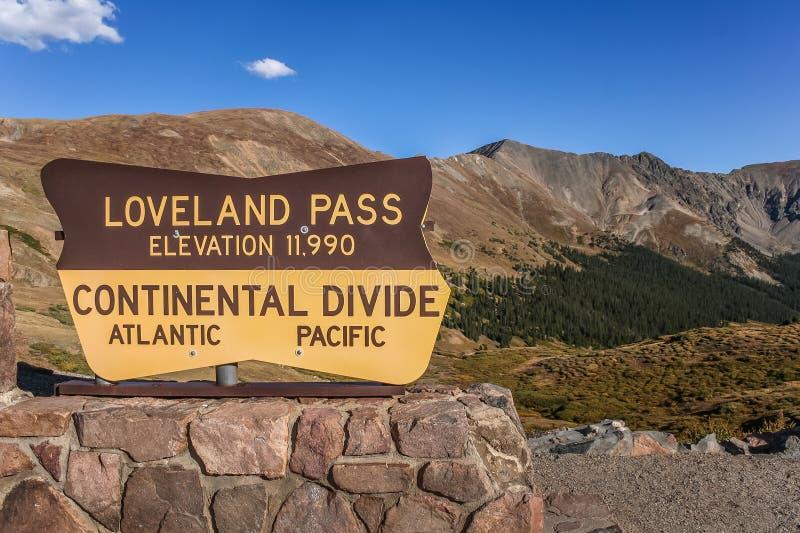 Segno al passaggio di Loveland in Colorado fotografia stock