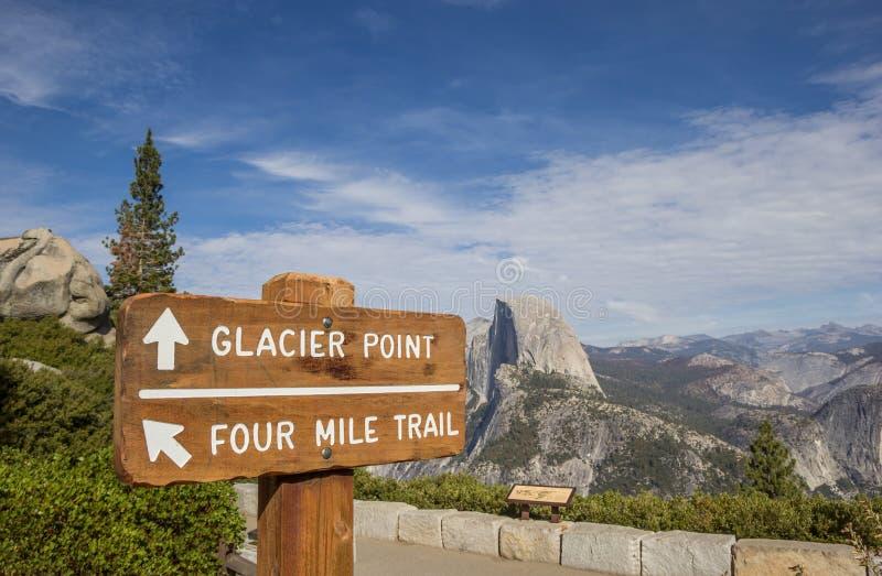 Segno al punto del ghiacciaio in parco nazionale di Yosemite immagine stock