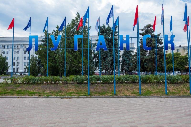 Segno amo Lugansk sul quadrato centrale Teatralna vicino al monumento di Lenin, vista della via in Lugansk immagine stock