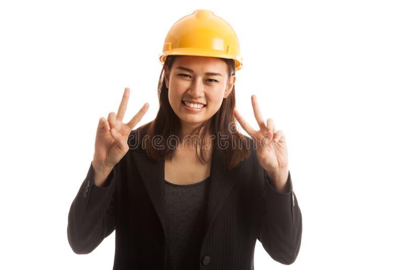 Segno asiatico di vittoria di manifestazione della donna dell'ingegnere con entrambe le mani fotografia stock