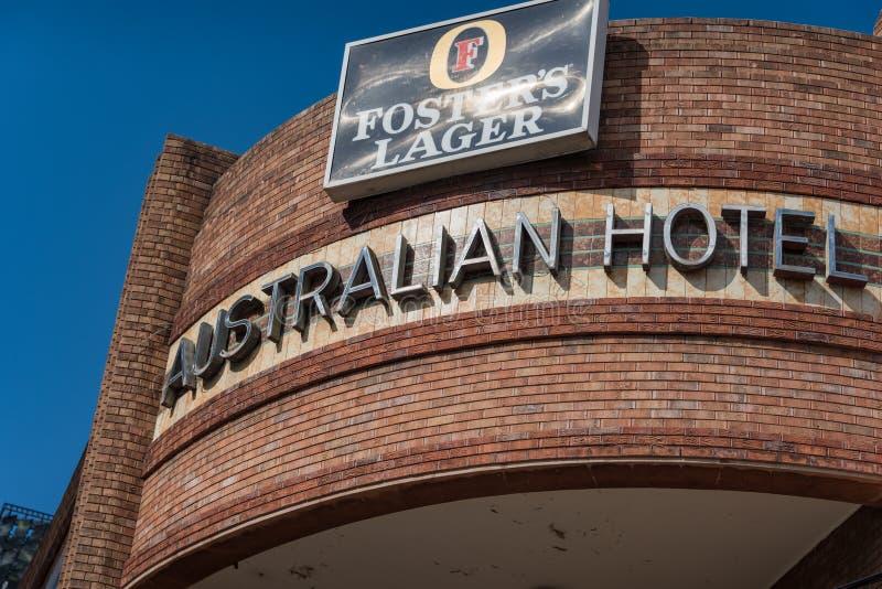 Segno australiano storico dell'hotel con la pubblicit? della birra qui sopra immagine stock libera da diritti