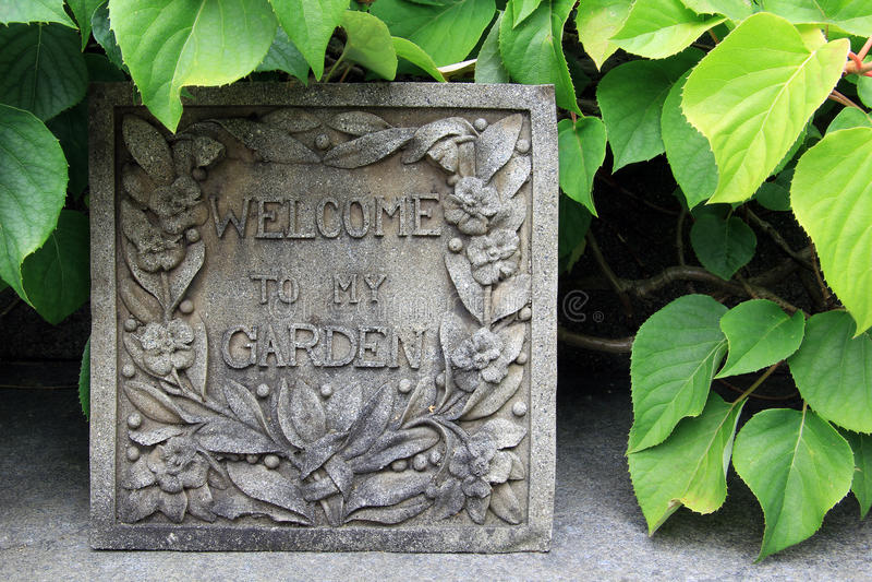 Segno benvenuto del giardino fotografia stock libera da diritti