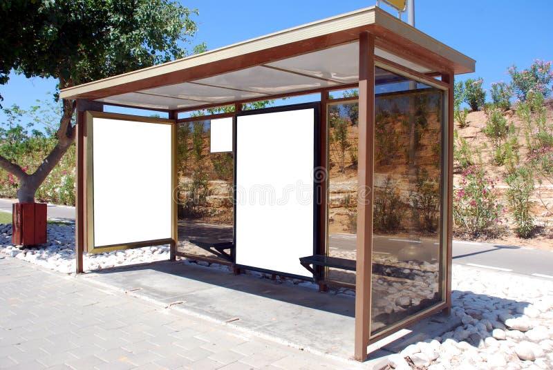 Segno in bianco bianco della fermata dell'autobus fotografie stock libere da diritti