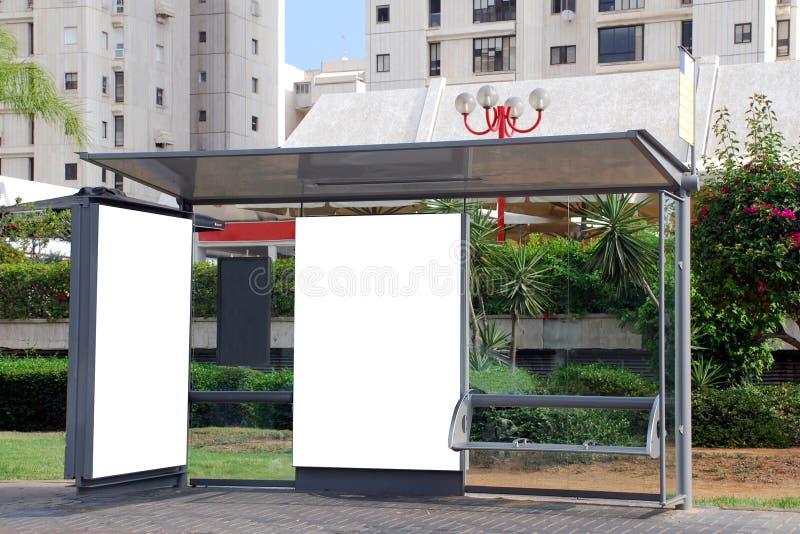 Segno in bianco bianco su una fermata dell'autobus fotografia stock libera da diritti
