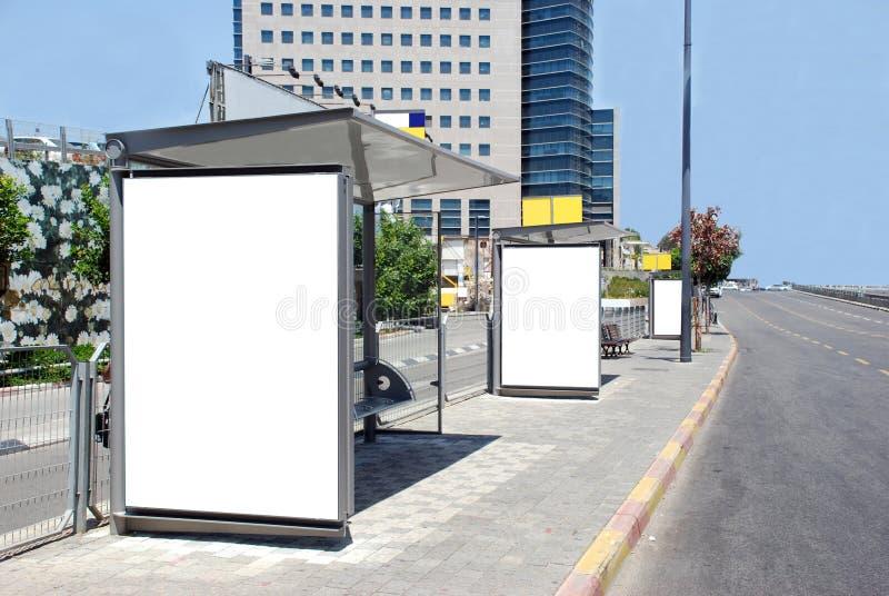 Segno bianco della fermata dell'autobus immagini stock