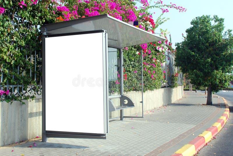 Segno bianco della fermata dell'autobus fotografie stock