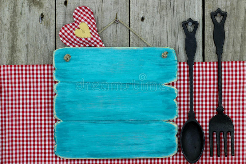 Segno blu antico con il cucchiaio e la forchetta del ghisa immagini stock
