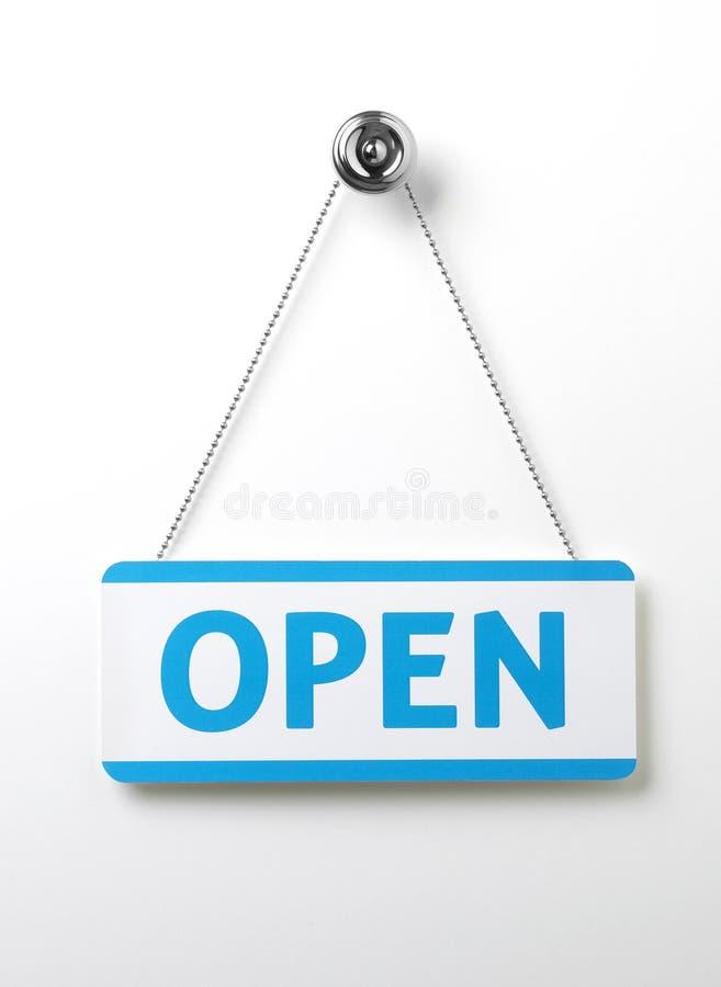 Segno blu trattato della porta aperta su una catena d'argento sulla a immagine stock libera da diritti
