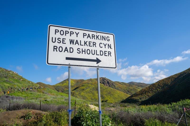 Segno che dirige gli ospiti vedere i papaveri del superbloom a Walker Canyon in lago Elsinore California su dove parcheggiare per fotografia stock