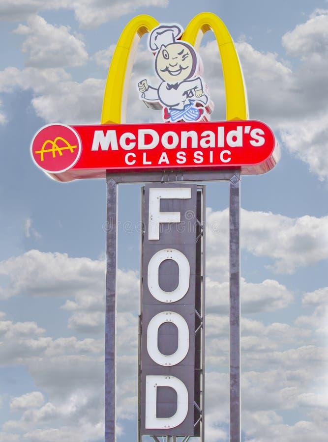 Segno classico dell'alimento del ristorante di McDonald's immagini stock