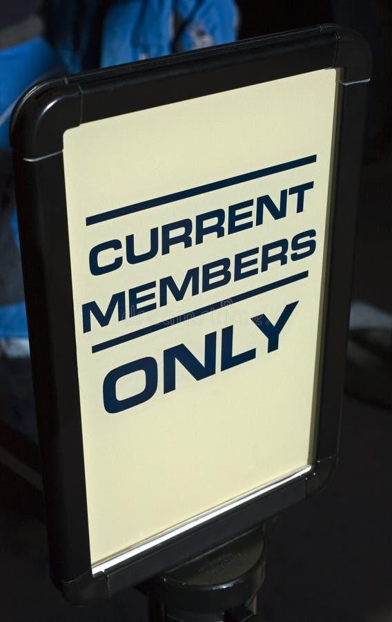Segno corrente dei membri soltanto fotografia stock libera da diritti