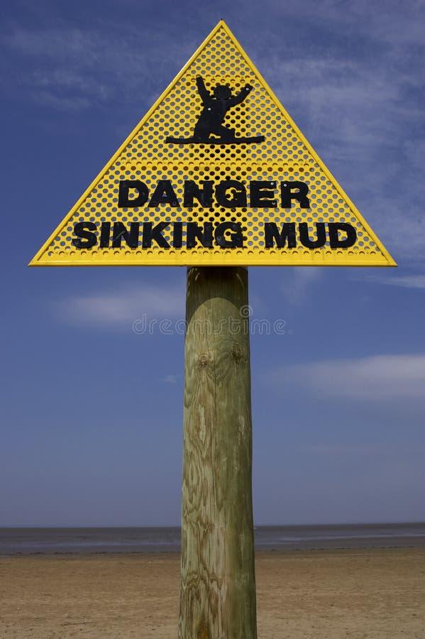 Segno d'affondamento del fango del pericolo, spiaggia Inghilterra Regno Unito del punto della sabbia immagini stock