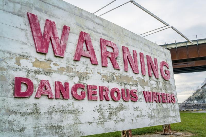 Segno d'avvertimento delle acque pericolose fotografia stock libera da diritti