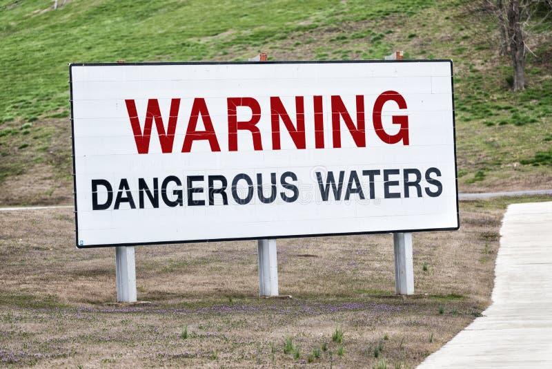 Segno d'avvertimento delle acque pericolose fotografie stock