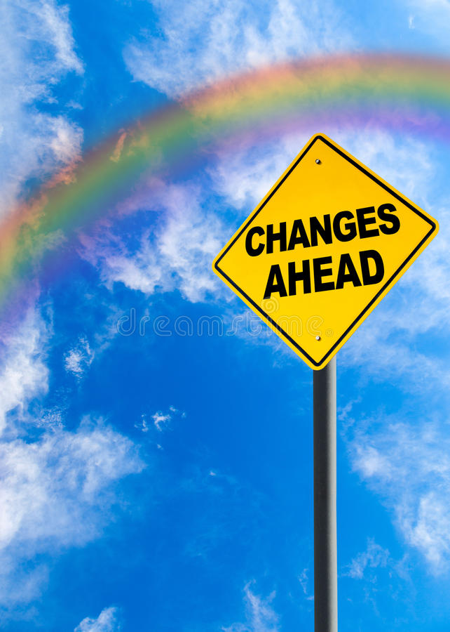 Segno dei cambiamenti avanti con il cielo dell'arcobaleno e lo spazio della copia immagini stock libere da diritti