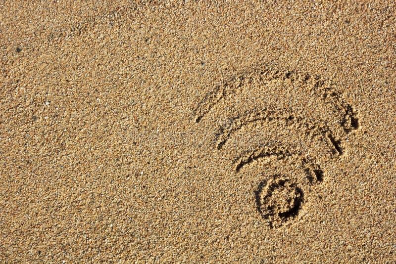 Segno dei Wi fi assorbito la sabbia fotografie stock libere da diritti