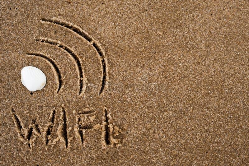 Segno dei Wi fi assorbito la sabbia Wifi del testo sulla sabbia immagine stock