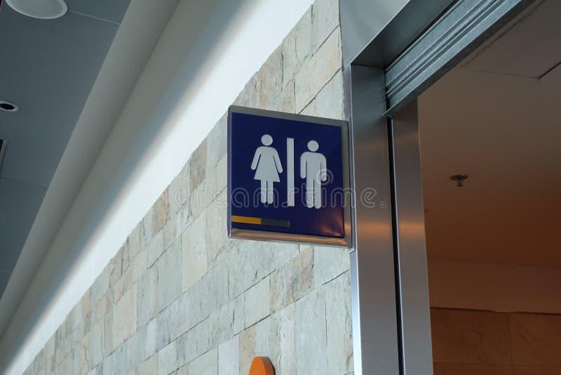 Segno del bagno ad un aeroporto immagini stock
