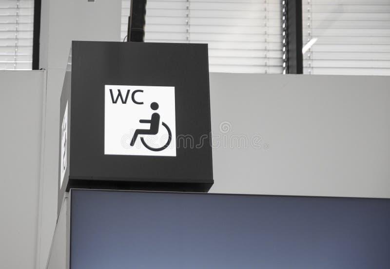 Segno del bagno per la gente handicappata Maschio o femmina fotografia stock libera da diritti