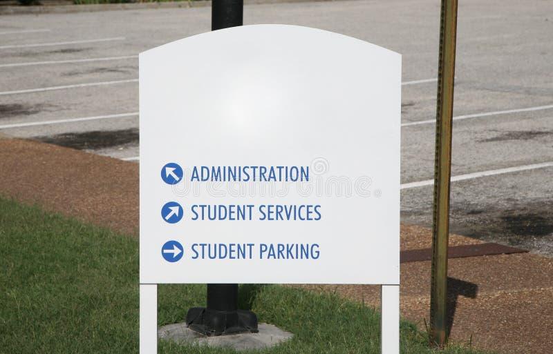 Segno del campus universitario o dell'istituto universitario fotografia stock libera da diritti