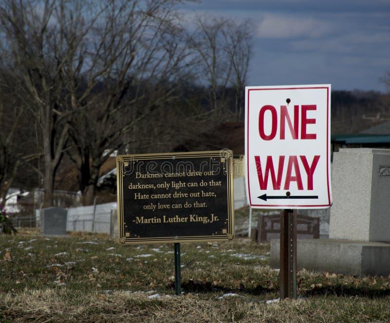 Segno del cimitero con la citazione da MArtin Luther King fotografie stock libere da diritti