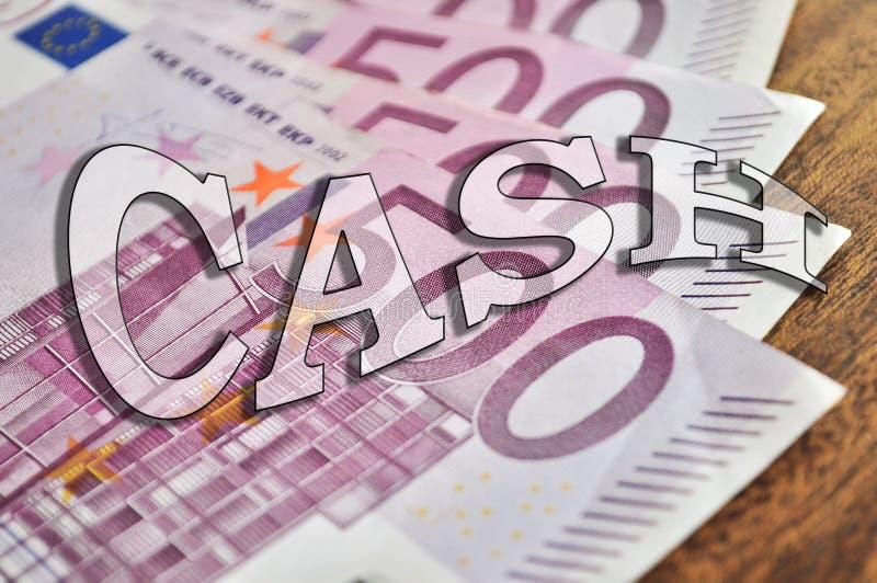 Segno del denaro contante sulle banconote dell'euro 500 sulla tavola immagine stock libera da diritti