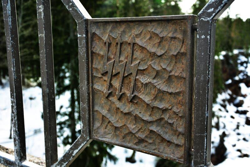 Segno del metallo della centrale elettrica di energia idroelettrica sul fondo di inverno immagine stock libera da diritti