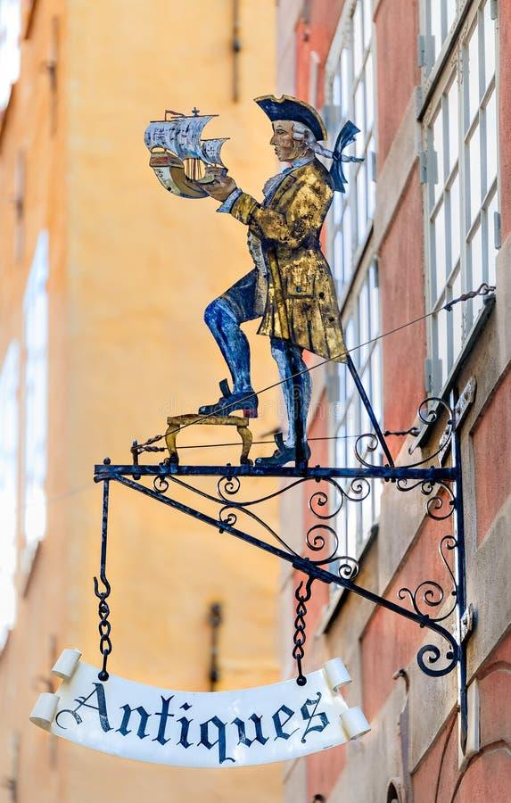 Segno del negozio di antiquariato del metallo di vecchio stile di un nobile in grumo d'annata immagini stock libere da diritti